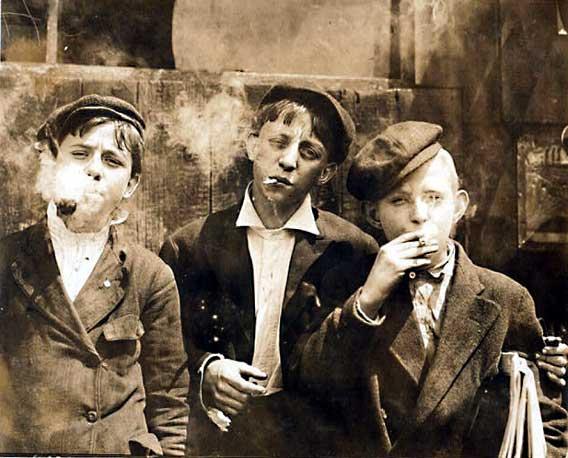Niños fumando. Una imagen que hoy resulta inconcebible.